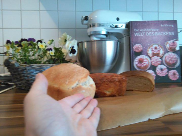 """Wie bereite ich mich eigentlich auf das morgige Festival der Küche bei QVC Deutschland vor? Ganz einfach, man nehme einen freien Samstagvormittag, etwas Fantasie und ein klein wenig Liebe. Heraus kommen dann ein Toastbrot, ein Apfelkuchen und ein Roggenbrot. Na gut, die richtigen Rezepte braucht es natürlich auch…""""Die wunderbare Welt des Backens"""" von Su Vössing feiert morgen um 17 Uhr Premiere, kann aber auch jetzt schon bestellt werden ( http://ift.tt/1VsODPB ). Freue mich schon riesig auf morgen! Denkt an das Gewinnspiel auf meiner Seite, bis morgen Abend habt ihr noch die Chance auf den Le Creuset Bräter! ;-)"""