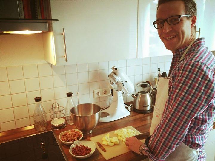 So ihr Lieben, die erste Arbeitswoche nach dem Urlaub ist vorbei und deshalb wird ab jetzt wieder gekocht und gebacken… Heute steht der saftige Brotkuchen nach einem Rezept von Susanne Vössing auf dem Programm :-) Genießt das WE und ab nächster Woche starten wir richtig durch bei QVC Deutschland