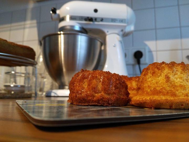 Da blicken die kleinen Eierlikörgugelhupfe zur KitchenAid auf :-) Ich freue mich riesig auf den morgigen Tag bei QVC Deutschland mit Valeska Spickenbom QVC und Su Vössing, seid ihr dabei und ganz wichtig….habt ihr schon Plätzchen gebacken?