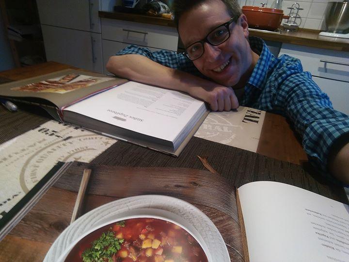 Es ist mal wieder Freitag…. Zeit für mein Lieblingshobby…. Die Vössing Bücher haben mich inspiriert…das süße Zupfbrot backt bereits im Ofen, während auf dem Herd die Gulaschsuppe köchelt und damit kann das Wochenende kommen :-) Am Sonntag sehen wir uns wieder bei QVC Deutschland mit Valeska Spickenbom QVC ab zehn Uhr. Diesmal bekommen wir prominenten Besuch!